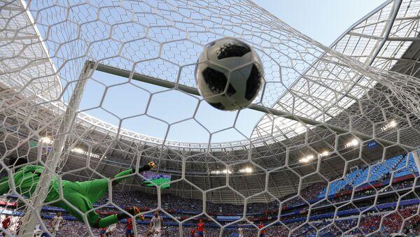 Српски фудбалер Александар Коларов постиже гол у мечу Групе Е против репрезентације Костарике на Светском првенству у фудбалу - Sputnik Србија