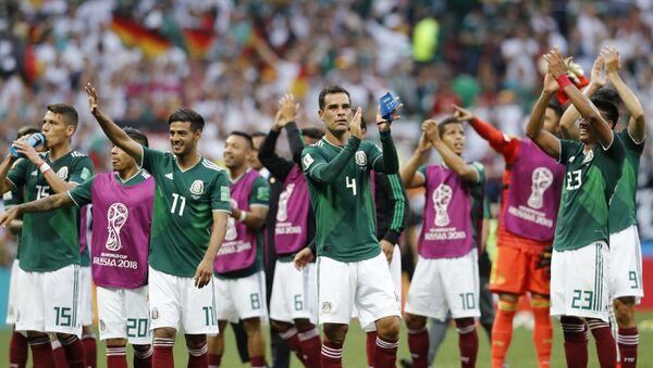 Фудбалери Мексика славе након победе над репрезентацијом Немачке на Светском првенству у фубалу у Русији - Sputnik Србија
