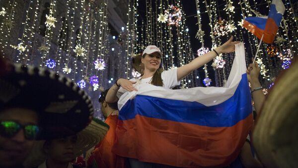 Руски навијачи славе победу репрезентације над екипом Египта на Светском првенству у фудбалу 2018. - Sputnik Србија