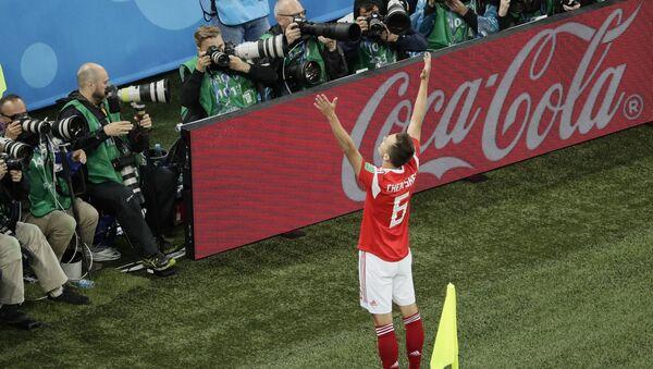 Ruski fudbaler Denis Čerišev proslavlja postignuti gol u utakmici protiv Egipta na Svetskom prvenstvu u fudbalu - Sputnik Srbija
