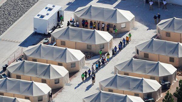 Деца имиграната у кампу на граници САД и Мексика након раздвајања од својих родитеља због увођења нове Трампове политике о мигрантима - Sputnik Србија