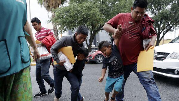 Деца мигранти с родитељима на граници САД и Мексика - Sputnik Србија
