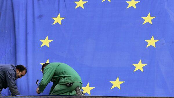 Радници постављају заставу Европске уније у седишту ЕУ у Бриселу - Sputnik Србија