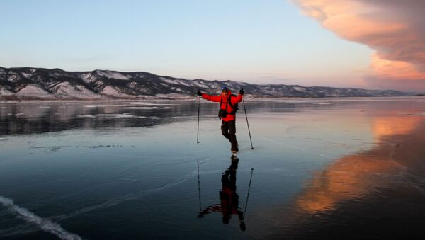 Човек скија на Бајкалском језеру чијих 75 посто припада Бурјатији - Sputnik Србија