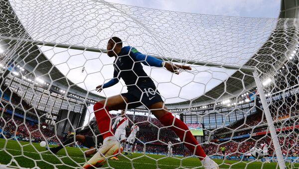 Килијан Мбапе слави гол на утакмици против Перуа - Sputnik Србија