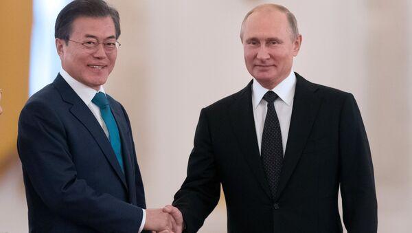 Predsednik Južne Koreje Mun Džae In i predsednik Rusije Vladimir Putin - Sputnik Srbija