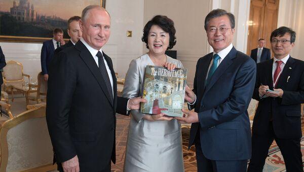 Sastanak predsednika Rusije Vladimira Putina s južnokorejskim predsednikom Mun Džae Inom - Sputnik Srbija