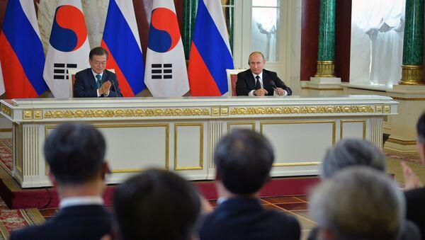 Predsednik Rusije Vladimir Putin i predsednik Južne Koreje Mun Džae In - Sputnik Srbija