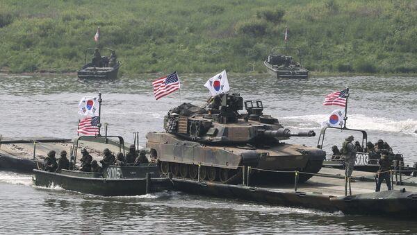 Američki tenkovi M1A2 prelaze reku Nam Han na južnokorejskoj vojnoj barži tokom zajedničkih vojnih vežbi Južne Koreje i SAD u Jeončenu - Sputnik Srbija