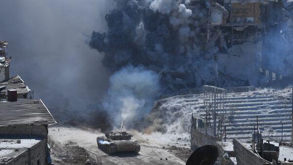 Tenk sirijske vojske tokom ofanzive na položaje terorista DAEŠ-a u izbegličkom kampu Jarmuk na jugu Damaska - Sputnik Srbija
