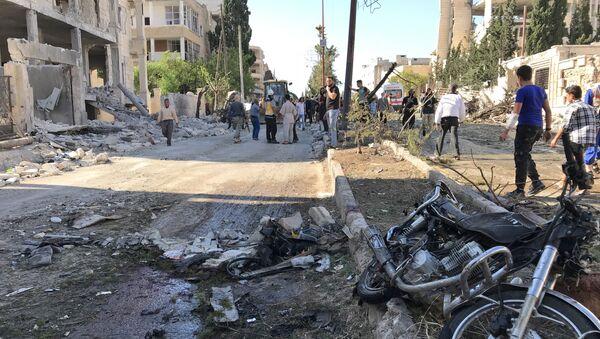Цивили и припадници Сиријске цивилне одбране на месту експлозије у Идлибу - Sputnik Србија