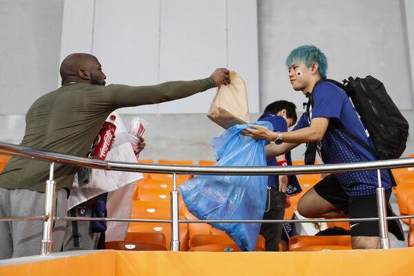 Navijači Japana i Senegala čiste tribine nakon utakmice na Svetskom prvenstvu u fudbalu - Sputnik Srbija