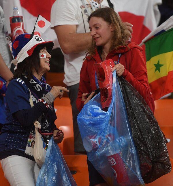 Japanski navijači čiste tribine nakon utakmice između Japana i Senegala u Jekaterinburgu - Sputnik Srbija