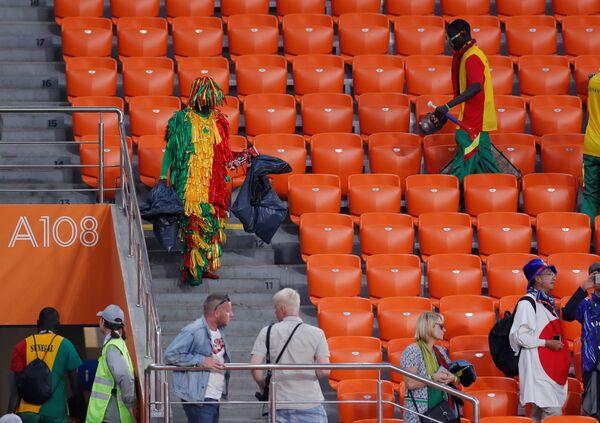 Navijači Senegala čiste tribine nakon utakmice između Japana i Senegala u Jekaterinburgu - Sputnik Srbija