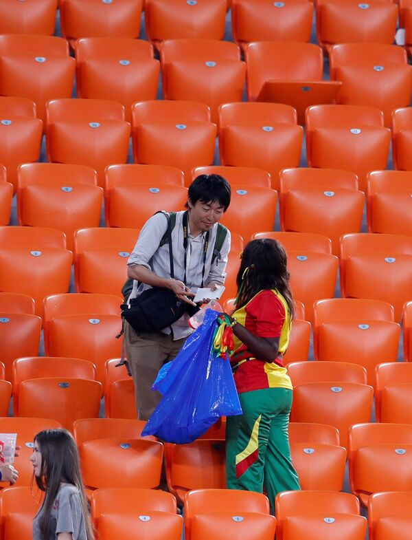 Navijači Japana i Senegala čiste tribine nakon utakmice drugog kola grupe H u Jekaterinburgu - Sputnik Srbija