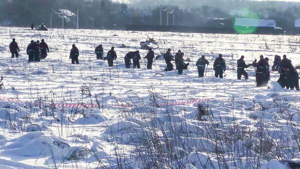 Pripadnici Ministarstva za vanredne situacije Rusije pretražuju mesto pada aviona An-148 u Podmoskovlju - Sputnik Srbija