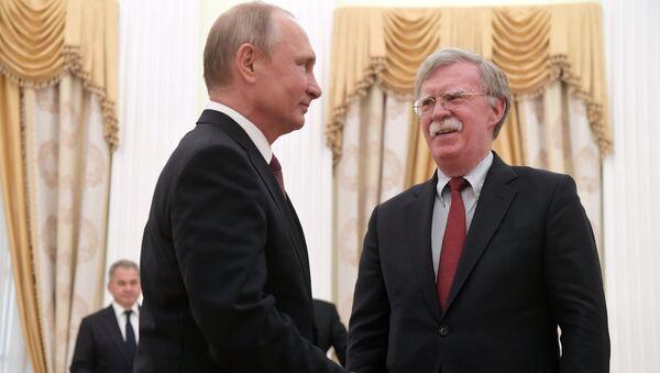 Председник Русије Владимир Путин и помоћник председник САД за питања националне безбедности Џон Болтон. - Sputnik Србија