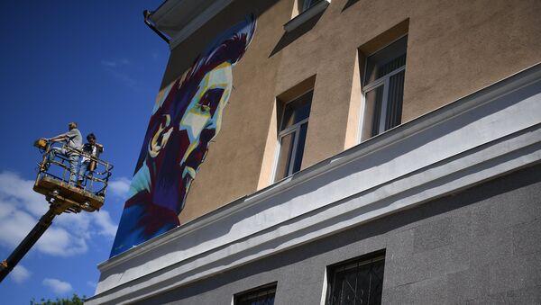 Grafit sa likom Mesija na zgradi u unutrašnjem dvorištu hotela Ramada u Kazanju - Sputnik Srbija