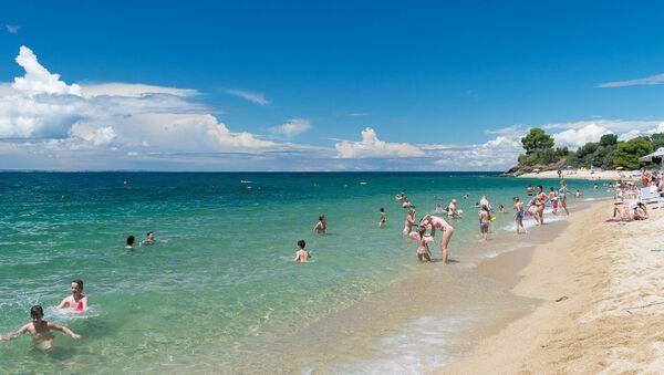 Na plaži Lagomandra turisti uživaju u toplom moru... - Sputnik Srbija