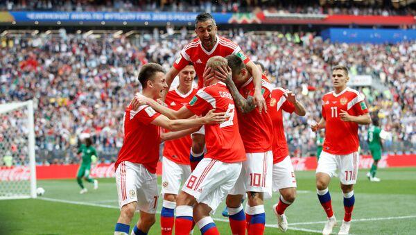 Fudbaleri reprezentacije Rusije proslavljaju gol na Svetskom prvenstvu u fudbalu - Sputnik Srbija