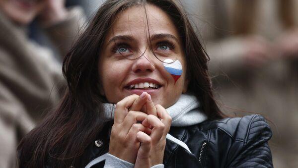 Navijačica se moli za pobedu Rusije - Sputnik Srbija