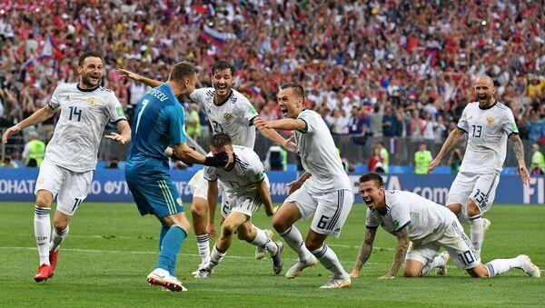 Фудбалери репрезентације Русије након победе над Шпанијом у осмини финала Светског првенства у фудбалу - Sputnik Србија