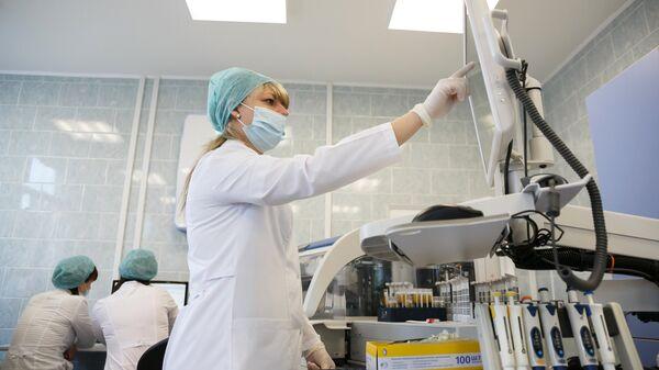 Лаборант у клиничко-дијагностичкој лабораторији поликлинике током анализе крви - Sputnik Србија