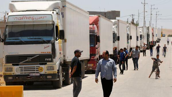 Kamioni sa humanitarnom pomoći za sirijsko stanovništvo stoje na granici u Jordanu - Sputnik Srbija