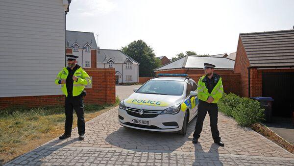 Policajci ispred kuće u kojima su pronađene otrovane osobe u Ejmsberiju - Sputnik Srbija