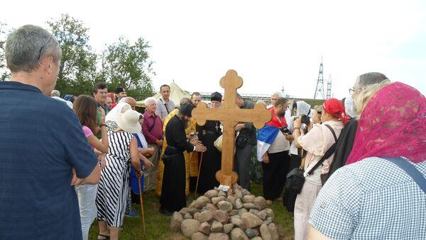 Osvećenje krsta na mestu buduće crkve posvećene Svetom knezu Lazaru i Nikolaju II Romanovu. - Sputnik Srbija
