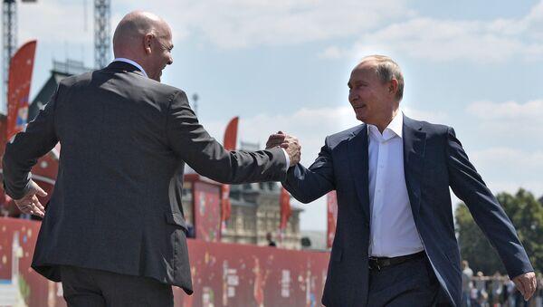 Председник ФИФА Ђани Инфантино и председник Русије Владимир Путин на Црвеном тргу у Москви - Sputnik Србија