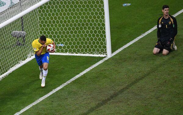 Strelac gola za Brazil Avgusto proslavlja pogodak - Sputnik Srbija