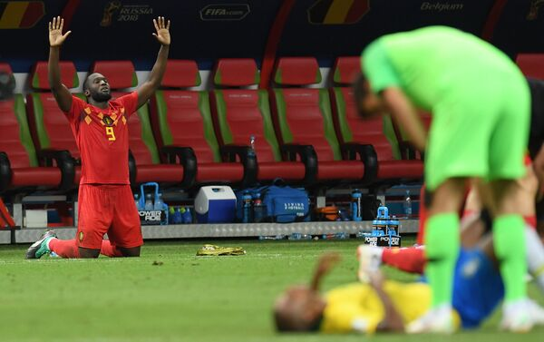 Romelu Lukaku proslavlja pobedu, dok brazilski fudbaleri teško prihvataju poraz u četvrtfinalu - Sputnik Srbija