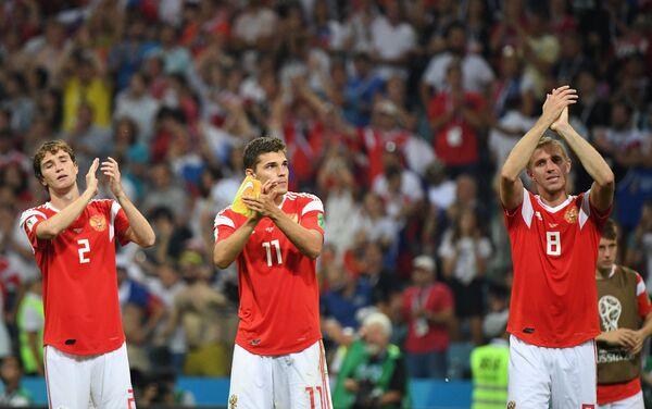 Reprezentativci Rusije Mario Fernandes, Roman Zobnin i Jurij Gazinski pozdravljaju publiku nakon poraza od Hrvatske u četvrtfinalu - Sputnik Srbija