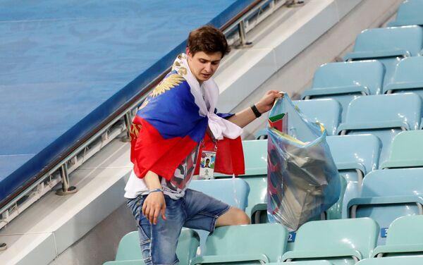 Uplakani ruski navijač čisti tribine stadiona u Sočiju nakon poraza njegove reprezentacije u četvrtfinalu - Sputnik Srbija