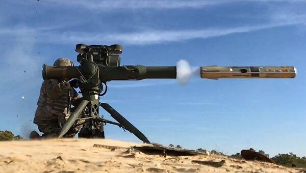 Припадник америчке националне гарде 50. пешадијске бригаде пуца из противоклопног ракетног система БГМ-71 - Sputnik Србија