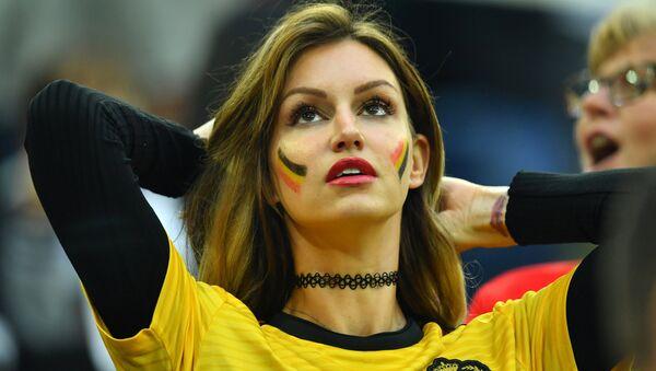 Navijačica Belgije na stadionu pruža podršku svojoj ekipi - Sputnik Srbija