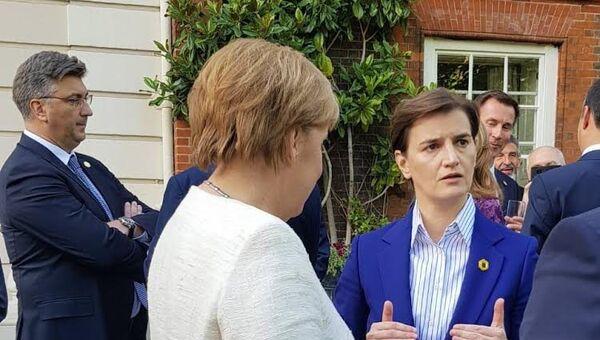 Ана Брнабић у друштву Ангеле Меркел на самиту у Лондону - Sputnik Србија