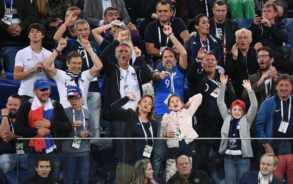 Veliko slavlje na tribinama gde su navijači Francuske posle gola Umtitija - Sputnik Srbija