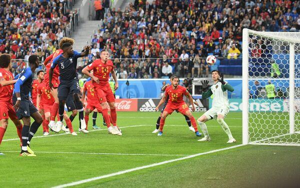Trenutak kad Umtiti savladava Kurtou za 1:0 protiv Belgije - Sputnik Srbija