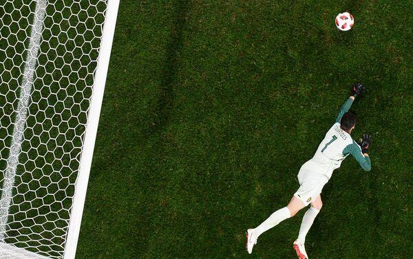 Belgijski golman Tibo Kurtoa brani šansu Francuza u sudijskoj nadoknadi - Sputnik Srbija