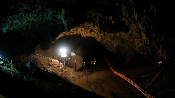 Војници у пећини Тхам Луанг након успешног завршетка операције извлачења дечака - Sputnik Србија