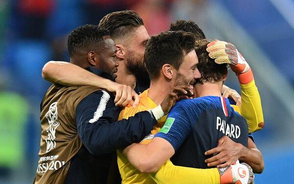 Francuski reprezentativci proslavljaju pobedu nad Belgijom i plasman u finale - Sputnik Srbija