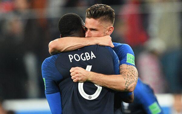 Reprezentativci Francuske Olivije Žiru i Pol Pogba proslavljaju pobedu nad Belgijom i plasman u finale - Sputnik Srbija