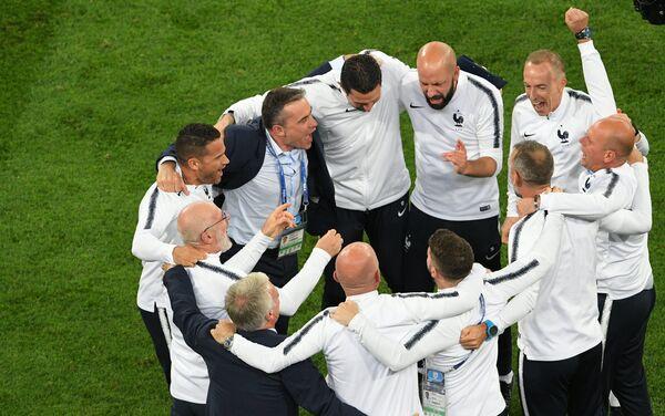 Stručni štab reprezentacije Francuske proslavlja pobedu nad Belgijom i plasman u polufinale - Sputnik Srbija