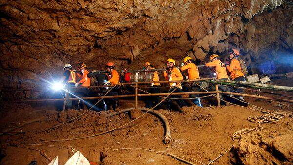 Spasioci u pećini Tham Luang na Tajlandu tokom operacije izvlačenja zarobljenih dečaka - Sputnik Srbija