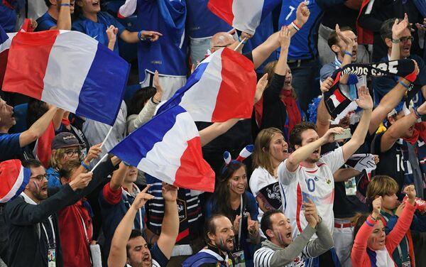 Francuski navijači u transu posle pobede nad Belgijom i prolaska u finale. - Sputnik Srbija
