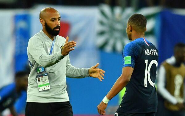 Tijeri Anri i Kilijan Mbape nakon pobede Francuske nad Belgijom u polufinalnoj utakmici - Sputnik Srbija
