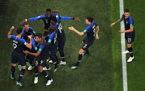 Reprezentativci Francuske proslavljaju pobedu nad Belgijom i plasman u finale - Sputnik Srbija