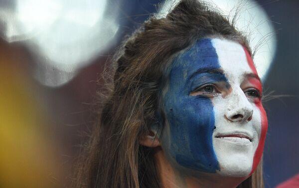 Navijačica Francuske nakon pobede njene reprezentacije nad Belgijom i plasmana u finale - Sputnik Srbija